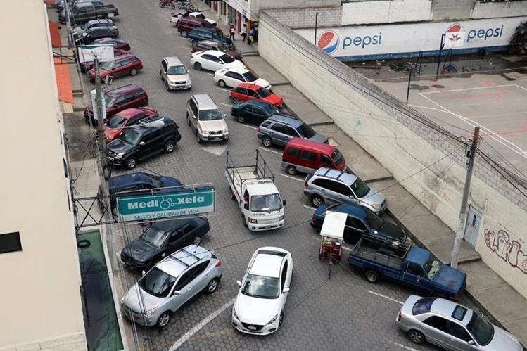 Vehículos se estacionan en ambos lados de la 6a. calle de la zona 3 de Xela y dificultan el tránsito por el lugar. (Foto Prensa Libre: Carlos Ventura)