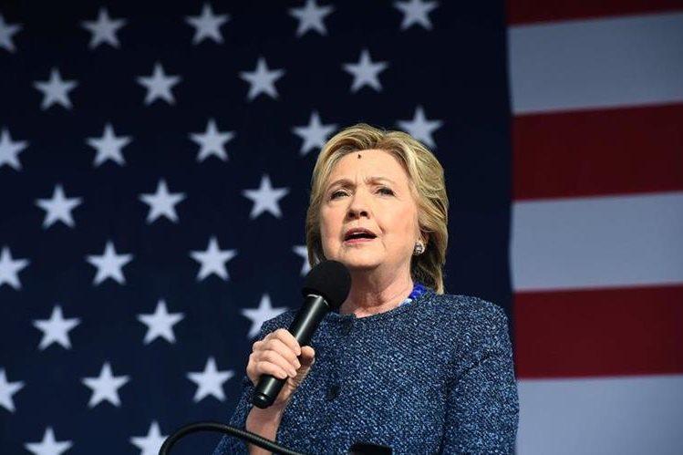 Clinton durante un acto en Iowa. La candidata demócrata vuelve a ser investigada por el uso indebido de su correo electrónico. (Foto Prensa Libre: AP).
