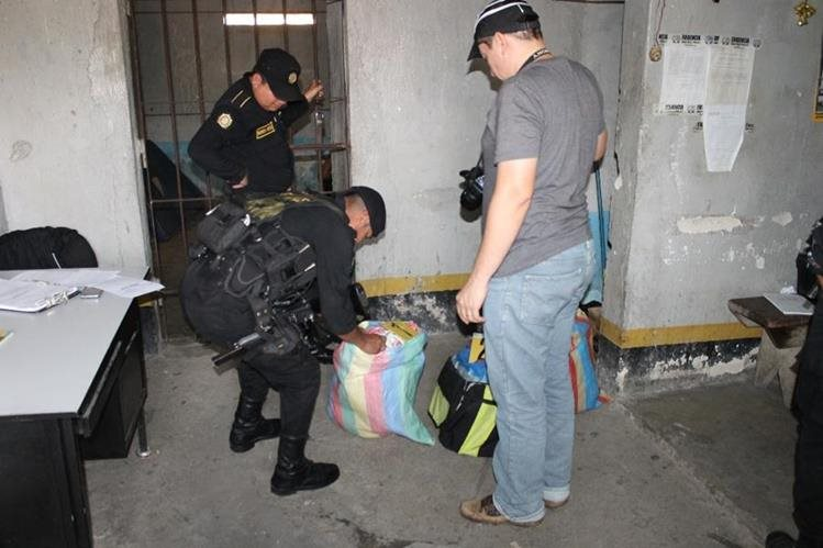 Autoridades registran bolsas donde eran transportadas 60 libras de marihuana, en Dolores, Petén. (Foto Prensa Libre: Walfredo Obando)