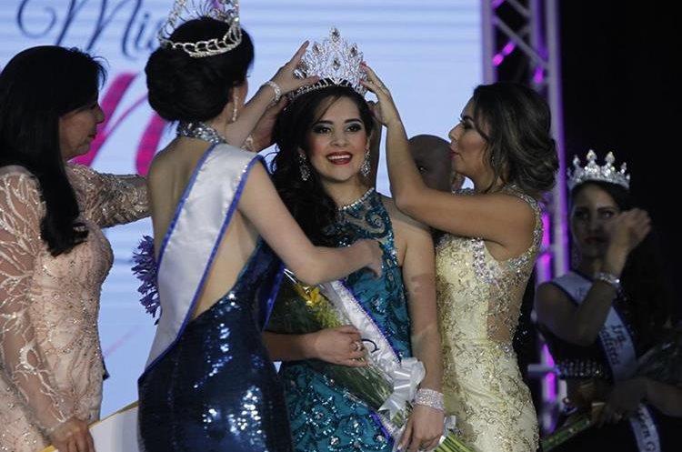 Zuleni Ramírez, recibe la corona de Miss Teen Guatemala 2017.  (Foto Prensa Libre:Paulo Raquec).