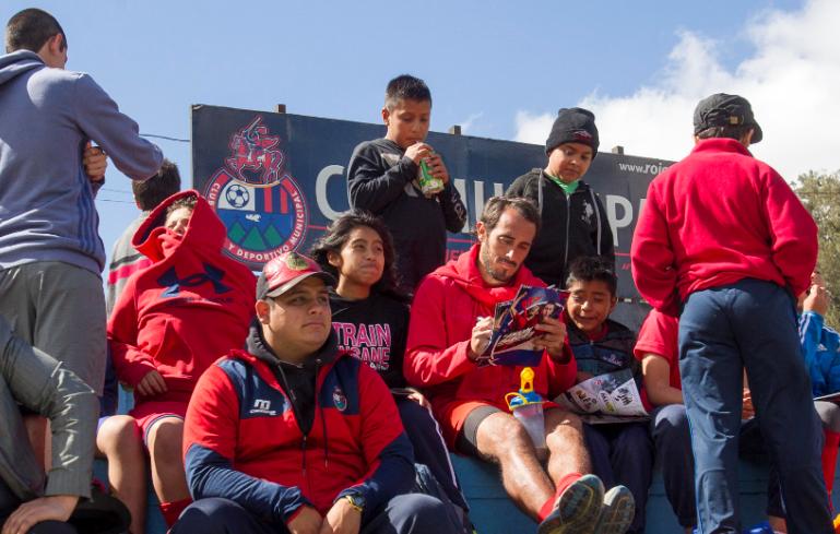 Hellen González comparte con los jugadores de Municipal, entre ellos Gastón Puerari, en el Club Ernesto Villa Alfonso. (Foto Prensa Libre: Norvin Mendoza)
