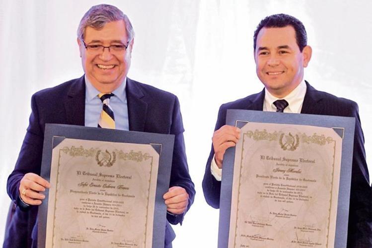 Jafeth Cabrera y Jimmy Morales posan con sus credenciales de vicepresidente y presidente electos, entregadas por el TSE.(Foto Prensa Libre: Esbin García)