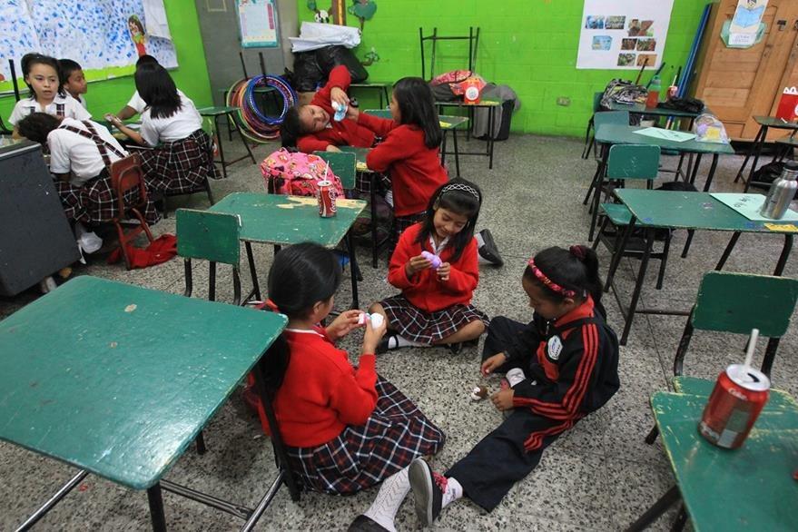 Estudiantes del Complejo Escolar por la Paz festejan el cierre del ciclo  con varias actividades y una refacción. (Foto Prensa Libre: Esbin García)