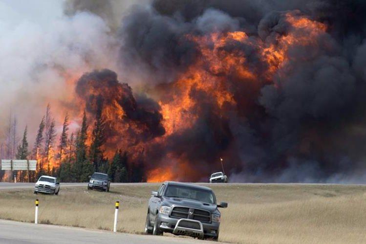 Habitantes de Fort McMurray continúan huyendo del enorme incendio que cada minuto crece más. (Foto Prensa Libre: AP).