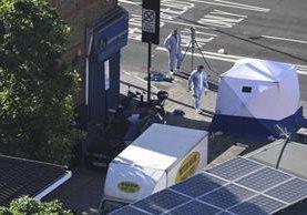 Dos policías forenses trabajan junto a la furgoneta, tras el ataque perpetrado con un vehículo cerca de la mezquita de Finsbury Park, en Londres. (Foto Prensa Libre: EFE)