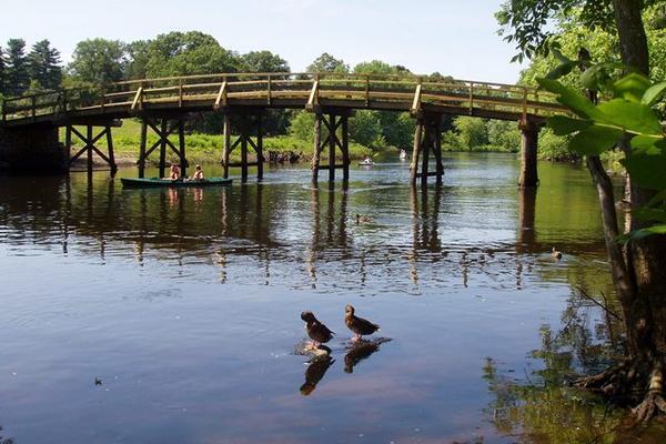 <p>Puente antiguo sobre el río Concord, en Concord, Massachussets. (Foto Prensa Libre: Wikipedia)<br></p>