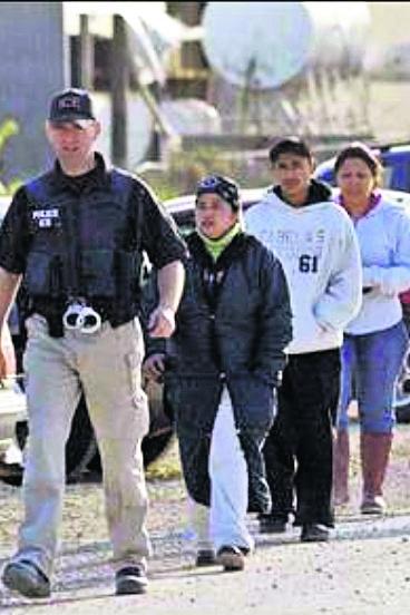Indocumentados son llevados por Migración de EE. UU. fuera de la planta procesadora de carne donde fueron detenidos. (Foto: Hemeroteca PL)