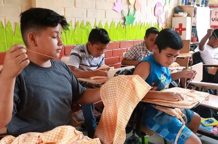 Niños de la Escuela General Justo Rufino Barrios de Mazatenango no perdieron días de clases, debido a que sus maestros no apoyaron las manifestaciones. (Foto Prensa Libre: Cristian Soto).