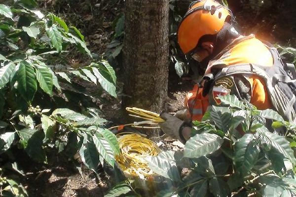 Un experto en explosivos del Ejército   recoge el material  localizado en Mataquescuintla, Jalapa.