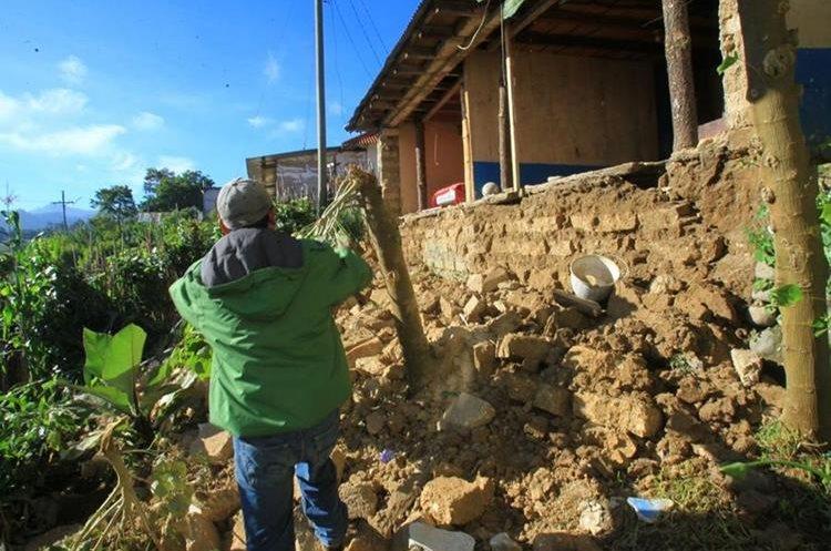 Un hombre camina sobre los escombros de lo que antes era su vivienda en Tacaná, San Marcos. (Foto Prensa Libre: Hemeroteca PL)