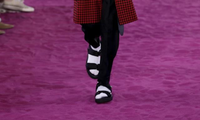 Un modelo luce una creación de la colección Primavera/Verano 2017 del diseñador galo Alexandre Mattiussi para AMI en la Semana de la Moda Masculina de París (Foto Prensa Libre: EFE)