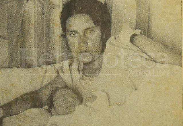 La señora Zoila Escobar de García con su hijo Carlos García Escobar, quien ganó el primer concurso del Niño del Año en 1956. (Foto: Hemeroteca PL)