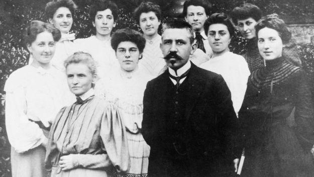 Marie Curie y Paul Langevin adelante de un grupo de mujeres. La foto fue tomada a principios de 1910. (Foto Prensa Libre: Getty Images)