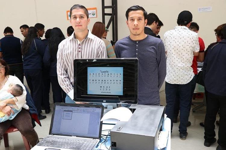 La impresora a braile tiene un costo menor a las del mercado por lo que sus creadores lo ven como un elemento para facilitar el acceso a la educación de personas no videntes. (Foto Prensa Libre: María José Longo)
