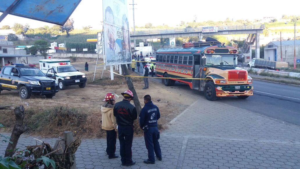 Agentes de la PNC resguardan escena del crimen en el km 41 de la ruta Interamericana, Sumpango, Sacatepéquez. (Foto Prensa Libre: Víctor Chamalé)