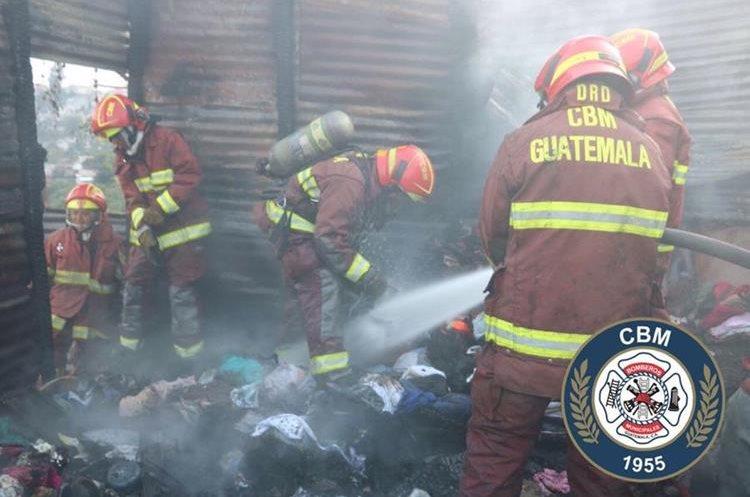 Socorristas apagan el fuego entre los escombros. Foto Prensa Libre: Bomberos Municipales.