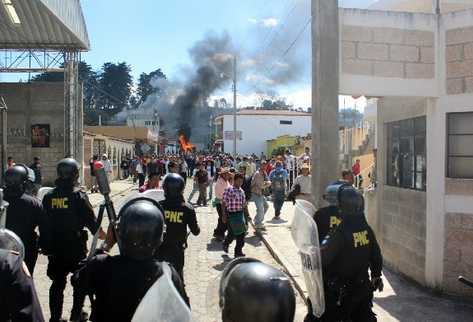 Un contingente de 150 policías permanece en el área para controlar los disturbios violentos causados por pobladores.
