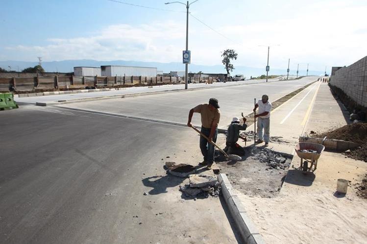 Trabajadores construyen una ciclovía en el bulevar Reformadores, zona 4 de Villa Nueva.(Foto Prensa Libre: Álvaro Interiano)