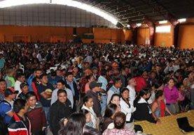 Miles de maestros asistieron a la asamblea que se llevó a cabo en el gimnasio municipal de Santa Cruz del Quiché. (Foto Prensa Libre: Héctor Cordero)