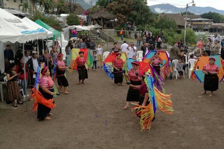 Bailes, marimba, desfile y más deleitaron a turistas salvadoreños. (Foto Prensa Libre: Ángel Julajuj)