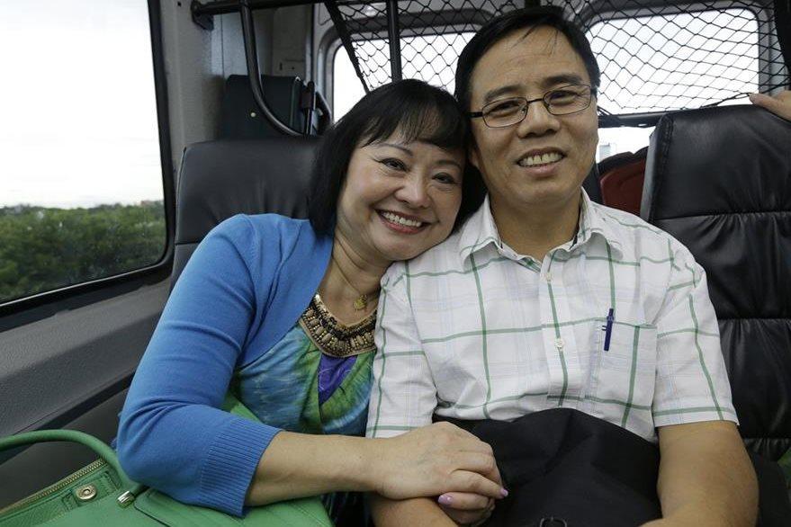 Kim Phuc y su esposo, Toan Huy Bui quien la acompaña a Miami donde recibe su tratamiento con laser. (Foto Prensa Libre: AP).