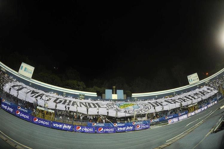 Vista panorámica de la manta gigante que desplegó la Ultra Sur en el estadio Doroteo Guamuch Flores durante el Clásico 298 del futbol guatemalteco. (Foto Prensa Libre: Francisco Sánchez).
