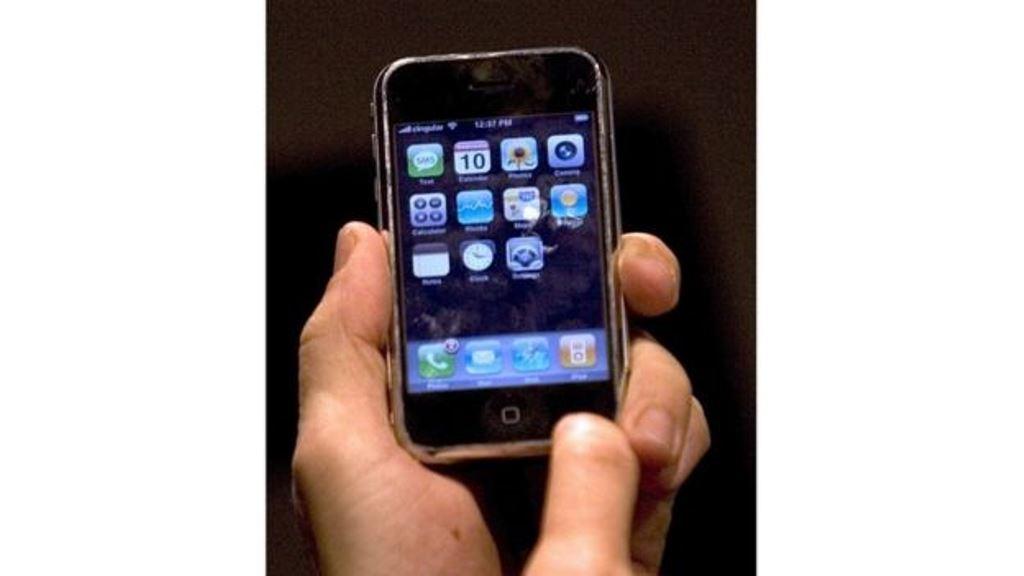 Este iPhone no es el más moderno, pero vale más de lo que tal vez imaginas... al menos para algunos usuarios de internet. AP