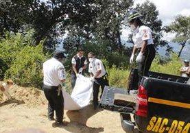 El cadáver de José Jonathan Merlos de León fue trasladado a la morgue del Instituto Nacional de Ciencias Forenses, en Antigua Guatemala. (Foto Prensa Libre: Víctor Chamalé)