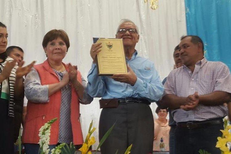 Maldonado recibe reconocimiento en Masagua. (Foto Prensa Libre: Presidencia)