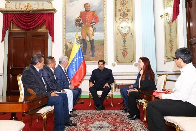Nicolás Maduro (c) durante una reunión con tres de los cuatro gobernador de oposición. (Foto Prensa Libre:EFE).