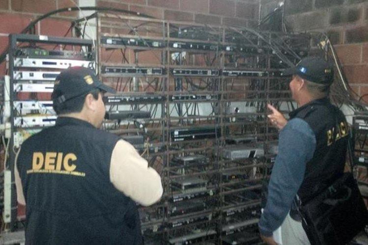 Autoridades catean una de las empresas de cable propiedad del diputado Jimmy Ren, en Quiché. (Foto Prensa Libre: PNC)