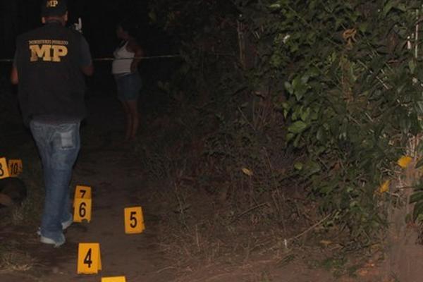 <p>Peritos del Ministerio Público analizan el lugar donde fue asesinado Corado (Foto. Prensa Libre. Felipe Guzmán)<br></p>