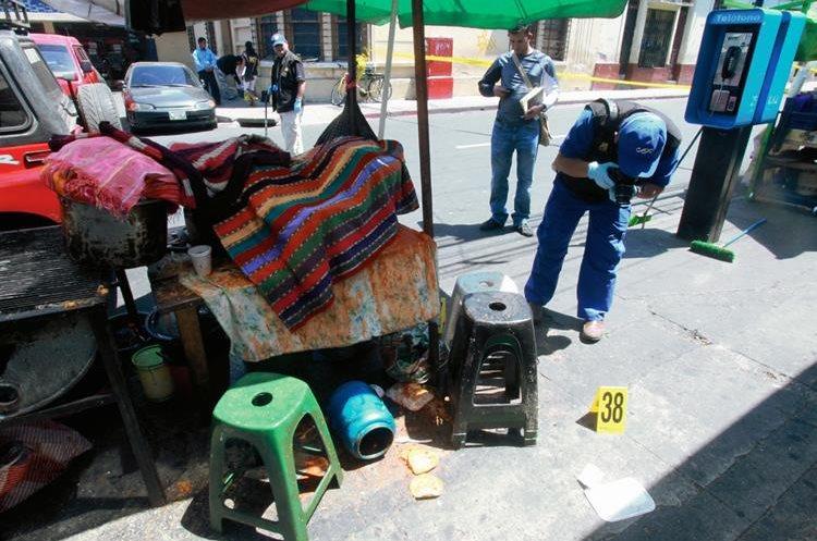 Peritos del Ministerio Público en busca de evidencias sobre el atentado. (Foto Prensa Libre: Archivo).