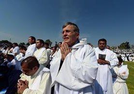 Sacerdotes escuchan el mensaje del papa Francisco quien los instó a no resignarse. (Foto Prensa Libre: EFE).