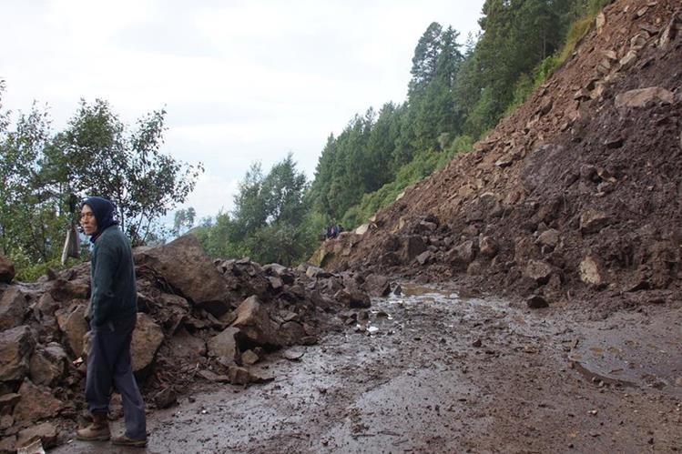 Desde hace 12 días está bloqueado el paso hacia Sibinal, San Marcos. (Foto Prensa Libre: Whitmer Barrera)