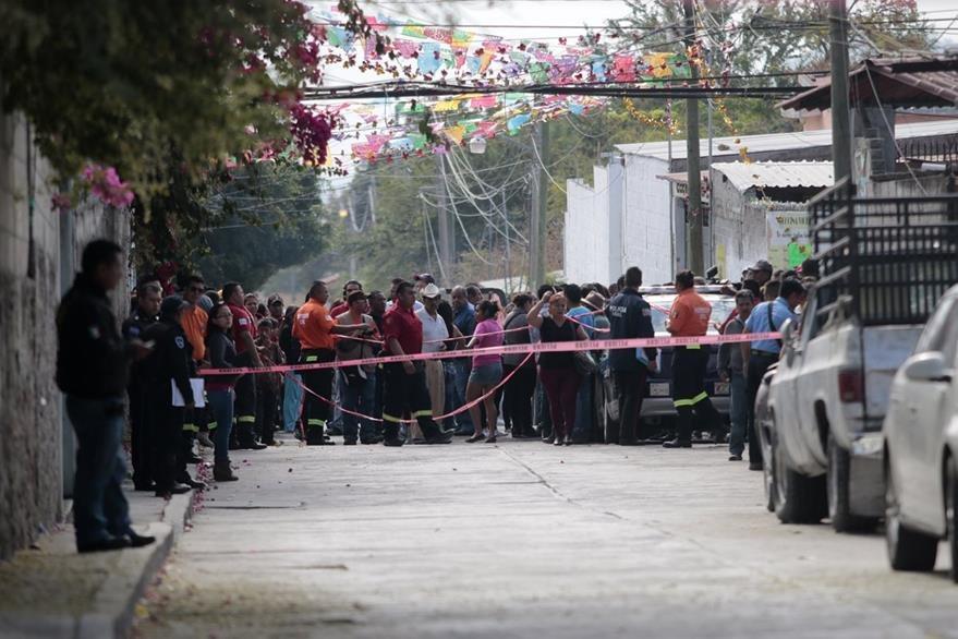 Autoridades trabajan en el área donde fue asesinada la funcionaria mexicana. (Foto Prensa Libre: AFP).