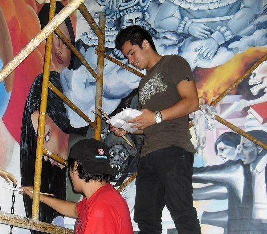 Estudiantes dan toques finales a la pintura de la primera parte del mural. (Foto Prensa Libre: Hemeroteca PL)