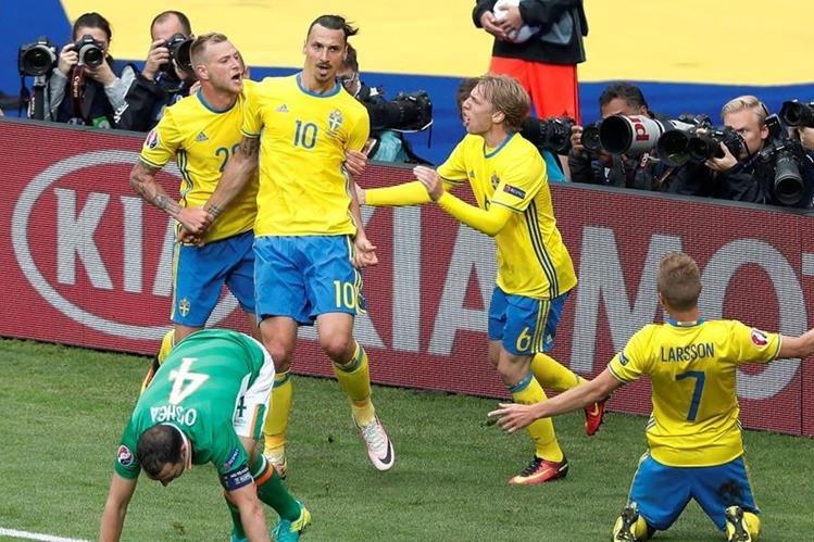 Zlatan Ibrahimovic es felicitado tras originar la jugada del gol. (Foto Prensa Libre: AFP).