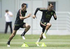 Rafael Márquez (derecha) podría aparecer como titular en el partido contra Rusia. (Foto Prensa Libre: Selección de México)