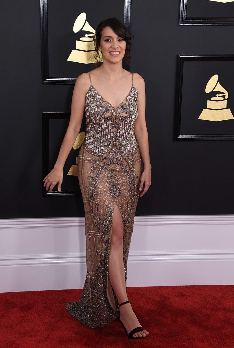 Con un sensual vestido dorado, Gaby Moreno se roba las miradas de los asistentes a la ceremonia de los Grammy. (Foto Prensa Libre: AFP).