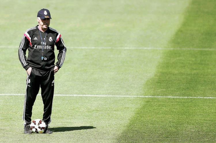 El técnico del Real Madrid, Carlo Ancelotti observa a los jugadores durante el entrenamiento de este viernes. (Foto Prensa Libre: EFE)