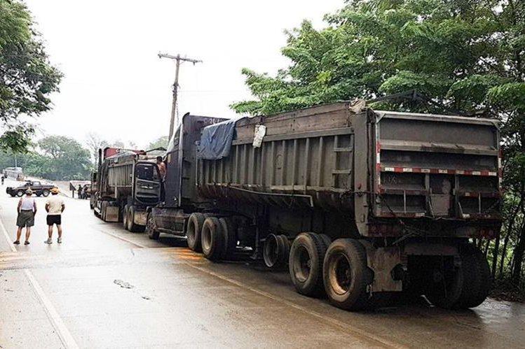 Unos 40 camiones permanecen parqueados en El Estor, Izabal, por medida de protesta tomada por transportistas. (Foto Prensa Libre: Dony Stewart)