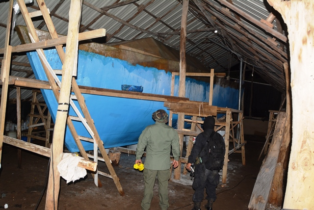 Sumergible en construcción fue localizado por las fuerzas especiales de la PNC. (Foto Prensa Libre: Oswaldo Cardona)