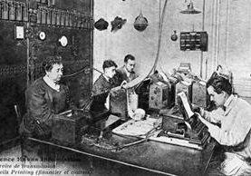 Los periodistas se han ayudado de la tecnología a lo largo de la historia, pero hasta ahora la redacción corre a cargo de la mente frente al teclado. (AFP)