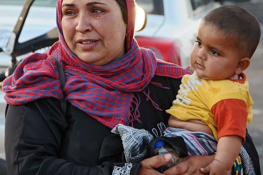 Una refugiada siria, llora después que logró ingresar a Turquía. Los sirios huyen de la guerra entre kurdos y yihadistas del Estado Islámico. (Foto Prensa Libre: EFE).