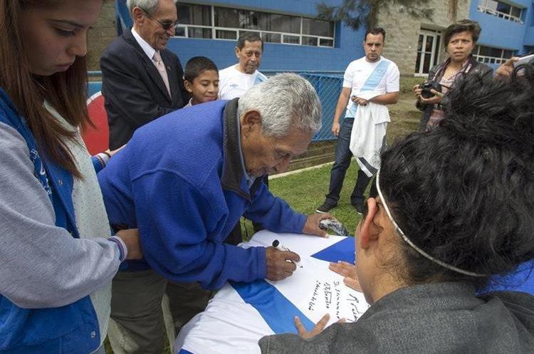 """Eduardo """"Guayito"""" de León firma una camisola de la Selección Nacional de Guatemala."""