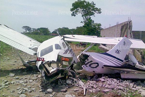 La avioneta quedó destruida luego de precipitarse en una finca de la cabecera de Retalhuleu. (Foto Prensa Libre: Jorge Tizol)