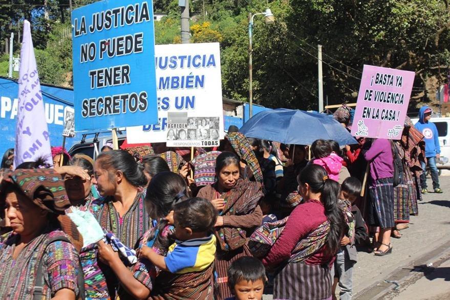 Mujeres muestran pancartas durante conmemoración del Día Internacional de la Eliminación de la Violencia Contra la Mujer, en Sololá. (Foto Prensa Libre: Ángel Julajuj)