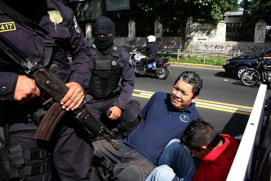 Policías detienen a dos presuntos extorsionistas en San Salvador. La violencia ha aumentado en el país centroamericano. (Foto Prensa Libre: EFE).