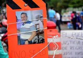 Una pancarta con la imagen del sacerdote mexicano Jose Luis Sánchez Ruíz quien fue hallado con vida y torturado. (Foto Prensa Libre: AFP).